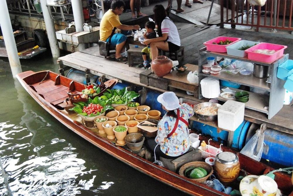 floating market bangkok backpacker